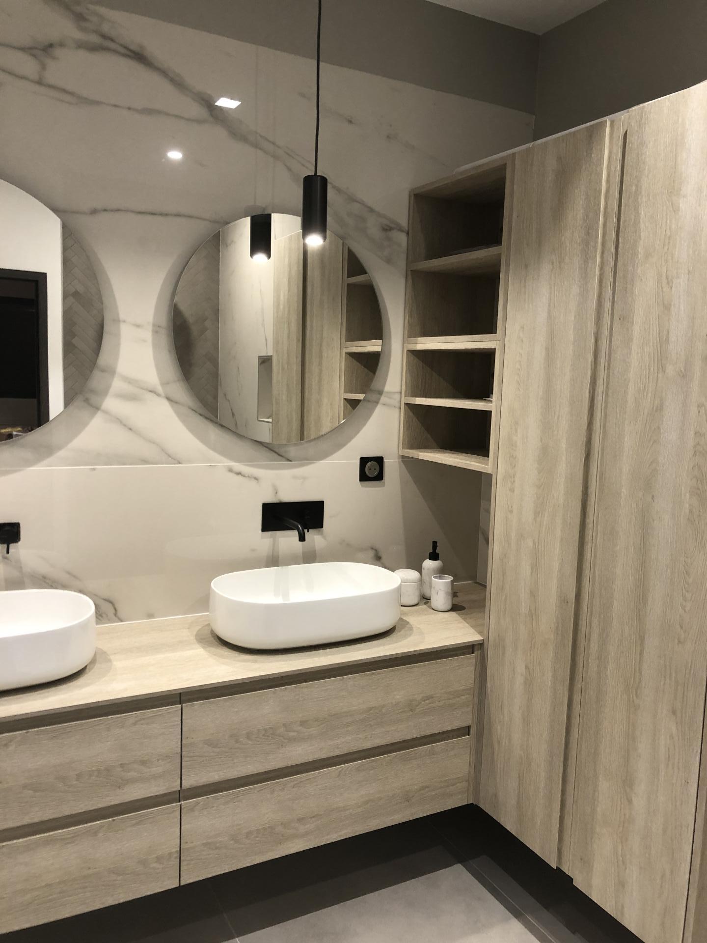 Salle de bains haut de gamme : marbre & placage bois naturel