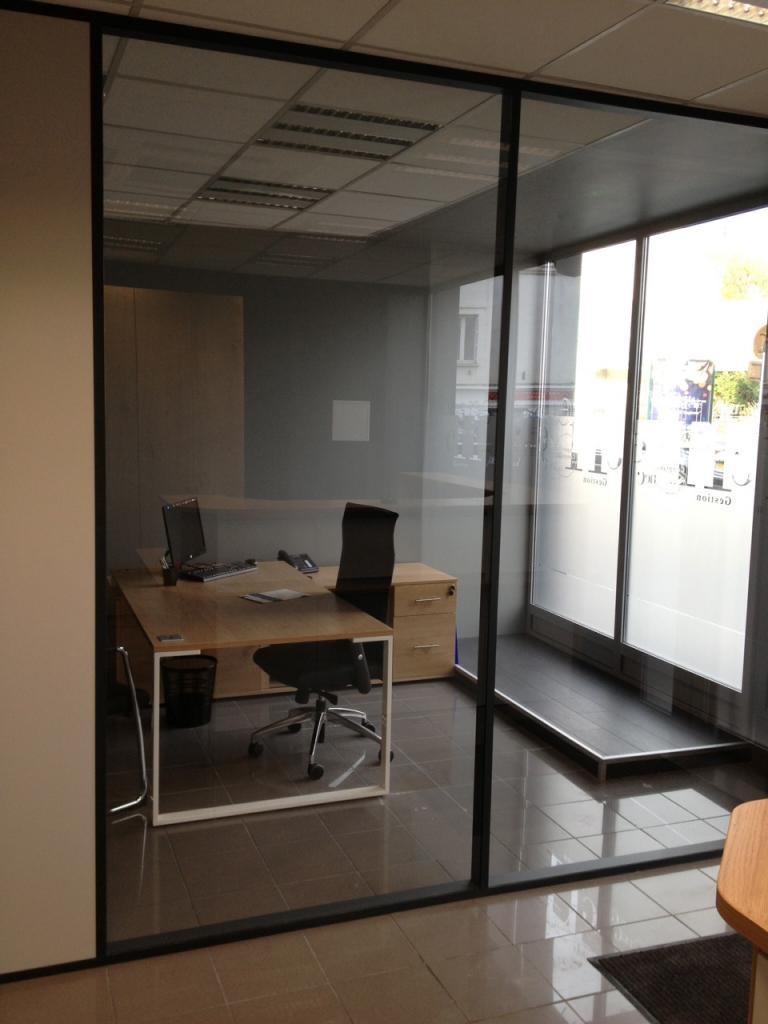 bureau de direction : cloison aluminum et verre/mobilier bois clair