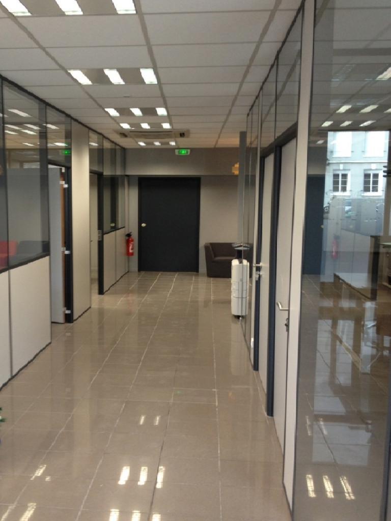 details d'un couloir distribuant des bureaux professionnels