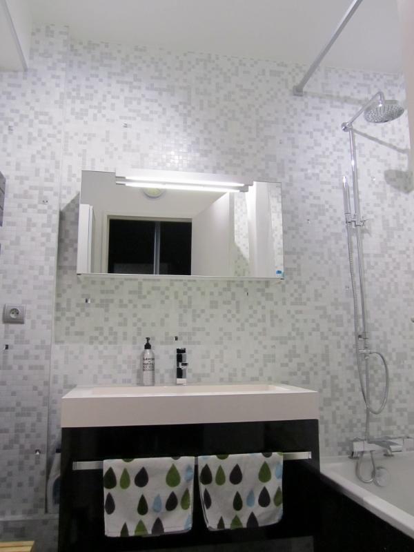 Salle de bains 9 m2 : mobilier laqué brillant noir sur une mosaîque de verre avec cabochons