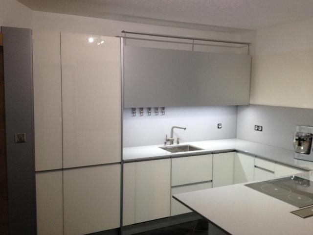 Cuisine Valcucine : façades en verre blanc brillant et  finition en aluminium
